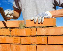 27506408-albañil-poniendo-ladrillos-para-hacer-una-pared